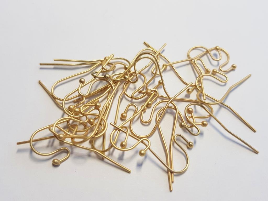 Letali oorhaak met bolletje mat goud